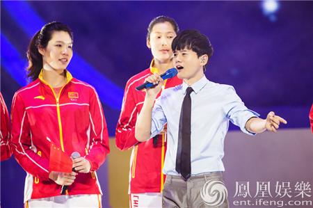 张杰受邀参加奥运金牌运动员澳门联欢会 与张继科打球