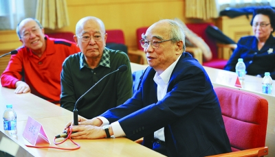 """京剧表演艺术家马长礼在新闻发布会上发言,称赞燕守平说:""""这个人好,没"""