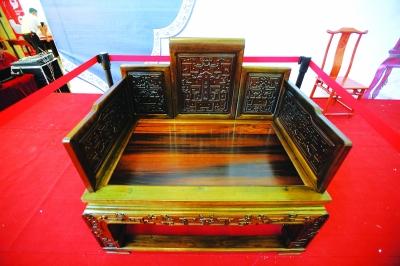 市场估价1200万的金丝楠木龙椅