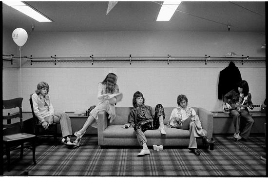 ① 左起,吉他手米克·泰勒和妻子罗斯·泰勒,主唱米克·贾格尔,鼓手查理·沃茨,贝司手比尔·怀曼在1972年北美巡演演出后台。