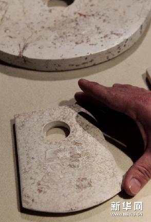 1月10日,来宾在观看史前良渚文化玉器标本。新华网图片 汪永基 摄