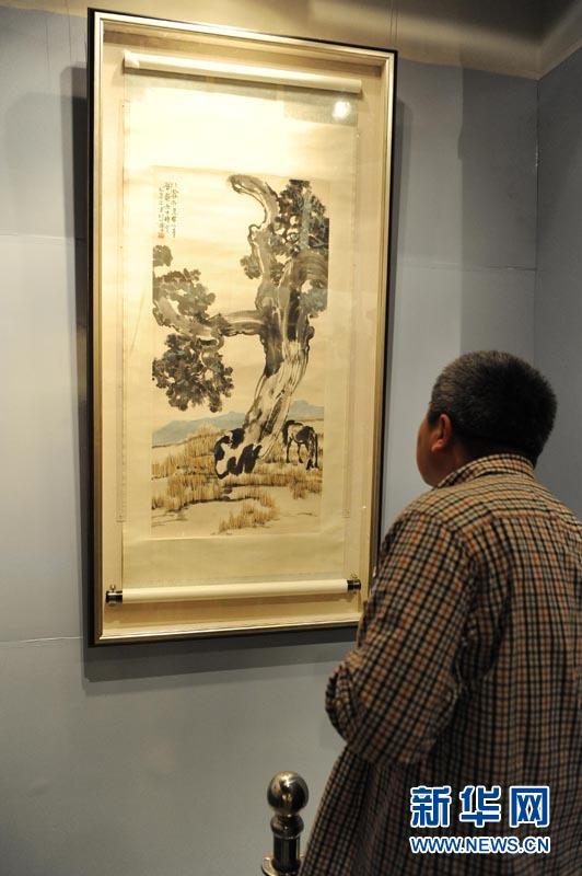 5月4日,参观者在上海邮政博物馆参观徐悲鸿真迹作品《柏树马》。
