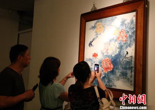 熊声贵的瓷板画作品吸引了不少观众的眼球。 邓霞 摄