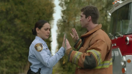"""女警和她的消防队员男友被穹顶分隔""""两地"""",他们听不到彼此说话。"""