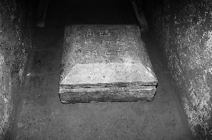 图为墓志出土情况。