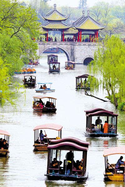 扬州瘦西湖,划船湖上是游客必选动作。 龚兵摄