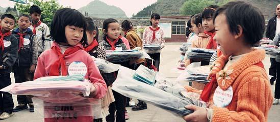 凤凰网代表爱心企业向大洋小学的师生们捐献爱心物资