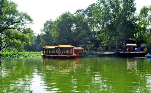 游船与绿水