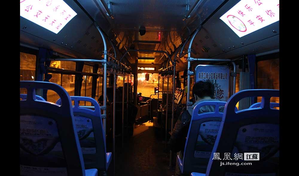 吕师傅的车上稀稀疏疏地只坐了几位乘客,他说开夜班车的好处是不堵车。(王剑/摄)