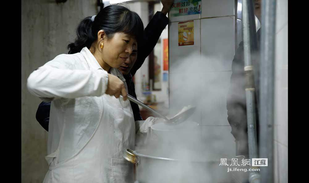 11月16日1:52,秦淮区长乐路一家饺子馆内,一位厨师捞着热气腾腾的饺子。这家饺子馆每天营业到凌晨2点左右打烊。(王剑/摄)