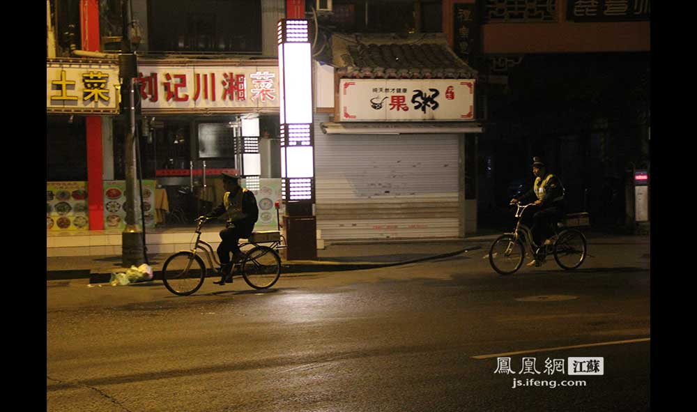 11月16日3:07,两名保安骑车在夫子庙景区内巡逻。(王剑/摄)