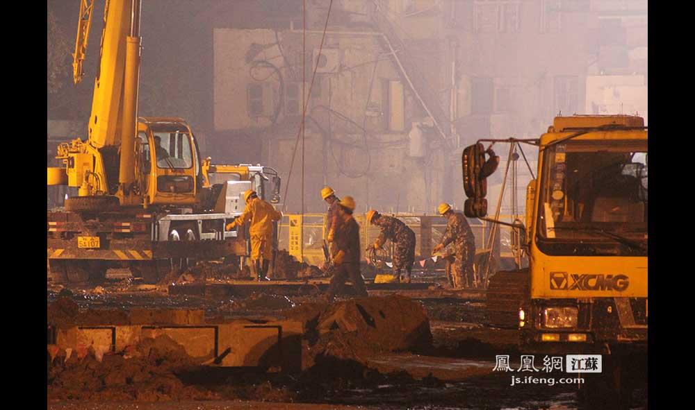 11月16日3:30,夫子庙景区外的一处工地上,众彩彩票网:工人们还在热火朝天地施工。(王剑/摄)