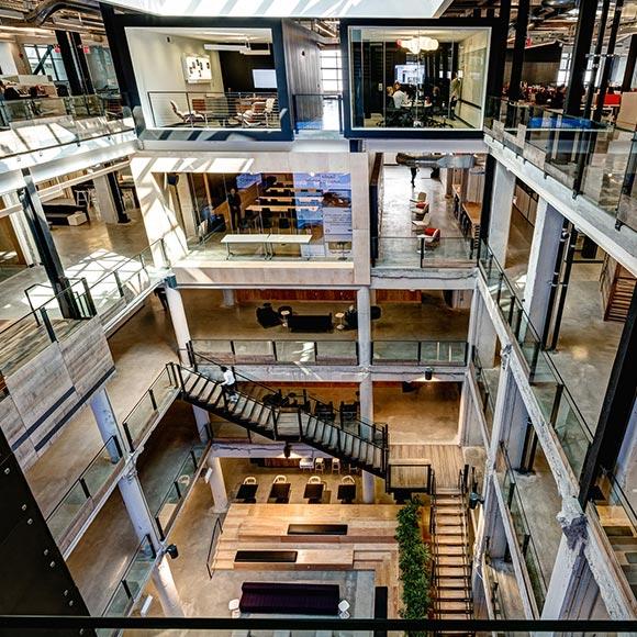 五层的空间结构呈现一派气势恢宏的个性