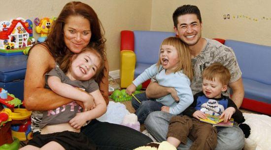 据英国《每日邮报》3月7日报道,世界上首位生育孩子的变性男
