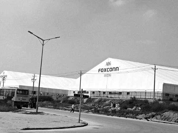 园区总经理林政辉向全体员工宣布,自当月起,富士康郑州厂区全面图片