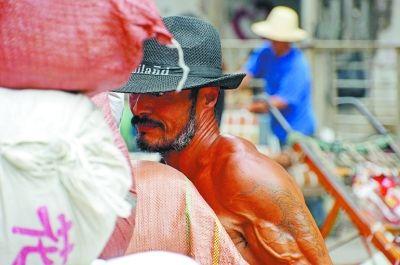地球都哭了…揭露武汉一47岁板车工打赤膊拉2千斤货
