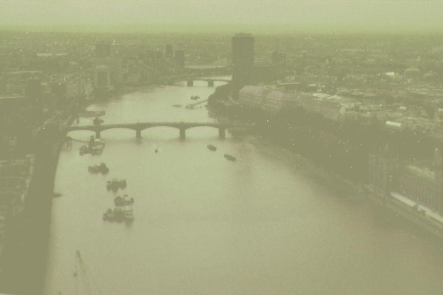 1962年,伦敦再次爆发同样的烟雾事件,造成1200人的非正常死亡。两次事件均为逆温层天气下的冬季取暖燃煤和工业排放的烟雾积累发酵所致。70年代伦敦改用煤气和电力,火电全部迁出城外,大气污染度降低80%,此后没有再发生同样事件。