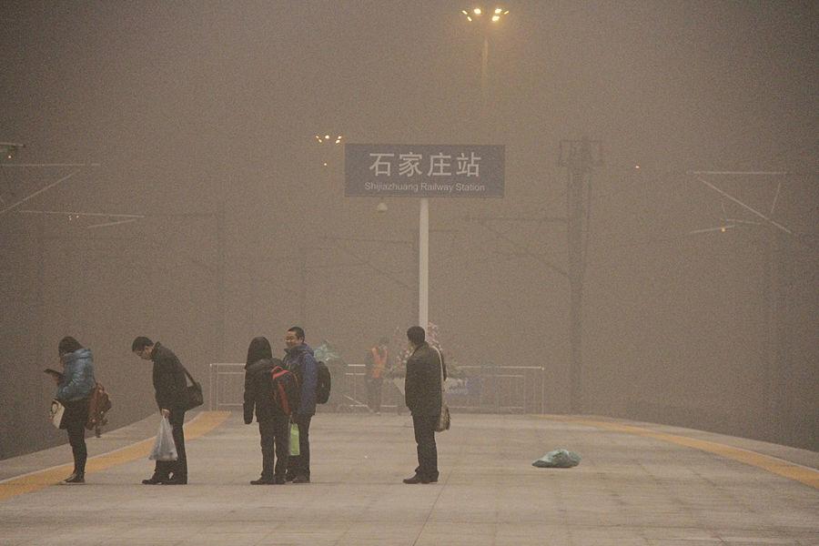 2014年2月20日起,北京陷入雾霾,21日北京市空气重污染应急指挥部将重污染黄色预警级别提升至橙色预警级别。除京津冀地区外,河南、山东、山西、陕西、四川的部分地区,长江中下游、辽河平原也存在轻到中度霾,占7分之1国土面积。这场雾霾直到27日才散。