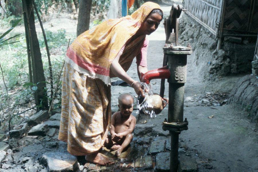 """据世界卫生组织统计,孟加拉国有7000万人正在饮用砷污染水,200多万人砷中毒,未来将有更多人会因此失去生命。这""""人类史上最大的中毒案""""主要由人工池塘和低科技挖掘的""""管状深井""""造成,且正在不断污染新的水源。"""