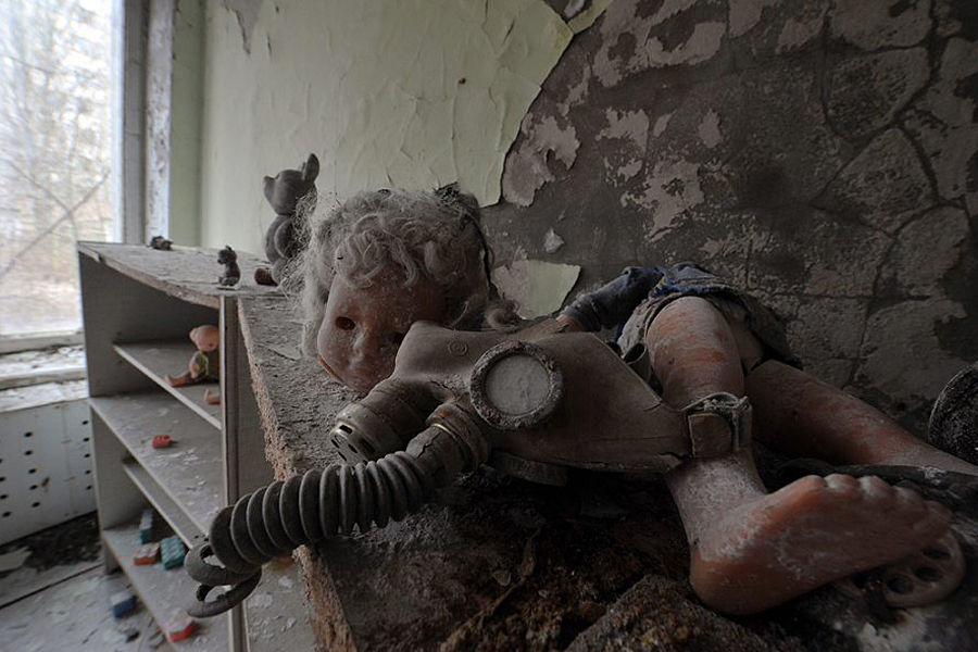 切尔诺贝利核泄漏事故使污染了方圆6万多平方公里土地,欧洲大部分地区遭到污染。320多万人遭到辐射危害,15年内有8万人死亡,13.4万人遭受各种程度的辐射疾病折磨。截止1992年,乌克兰官方宣称已有7000多人死亡于本事故的核污染。