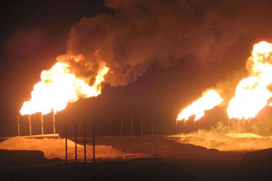 1991年1月17日~2月28日的海湾战争中,科威特200口油井被点燃,持续大火昼夜燃烧,海湾及周边地区空气中充满二氧化硫及碳氢化合物,黑烟蔽日,科威特居民白天开车要开灯。环境污染程度超过切尔诺贝利,为人类历史上最大污染事件。
