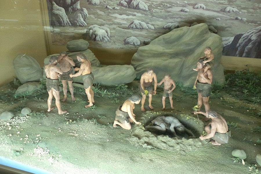 1908年法国西南部挖掘出两具保存几乎完好的尼安德特人遗骨,墓穴中有工具挖掘痕迹。这说明尼安德特人已经形成了埋葬死者的丧葬礼仪,也表明他们对生命的尊重。他们人数可能非常少,女性可能不到3500个,40岁以上已算长寿。