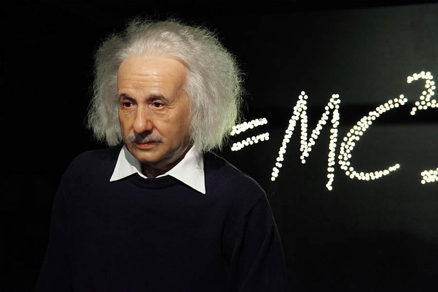 1916年爱因斯坦发表广义相对论,提出原初引力波,它是宇宙诞生之初产生的一种时空波动,随着宇宙的演化而被削弱。如果科学家能够发现原初引力波,便可以找到宇宙起源的证据。广义相对论开启了现代宇宙学。