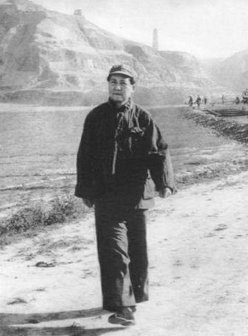 延安十年(1937~1947)的业余时间里,其前五年的周末和节假日晚会上,革命队伍里时兴交际舞。陕北黄土地上,宝塔山下,延水河边,穿军装,着草鞋,明亮的汽油灯映照着一对对闻乐起舞的翩跹身影,是严肃紧张的工作、学习、生产、战斗生活之余,别一番生动活泼的革命生活历史。1942年毛泽东在延安
