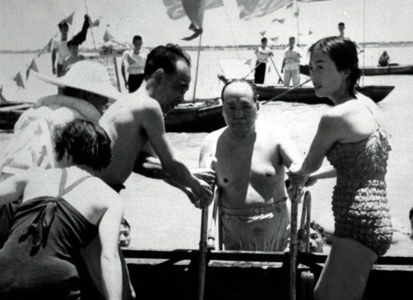 1966年7月张玉凤身着泳装陪同毛泽东游长江