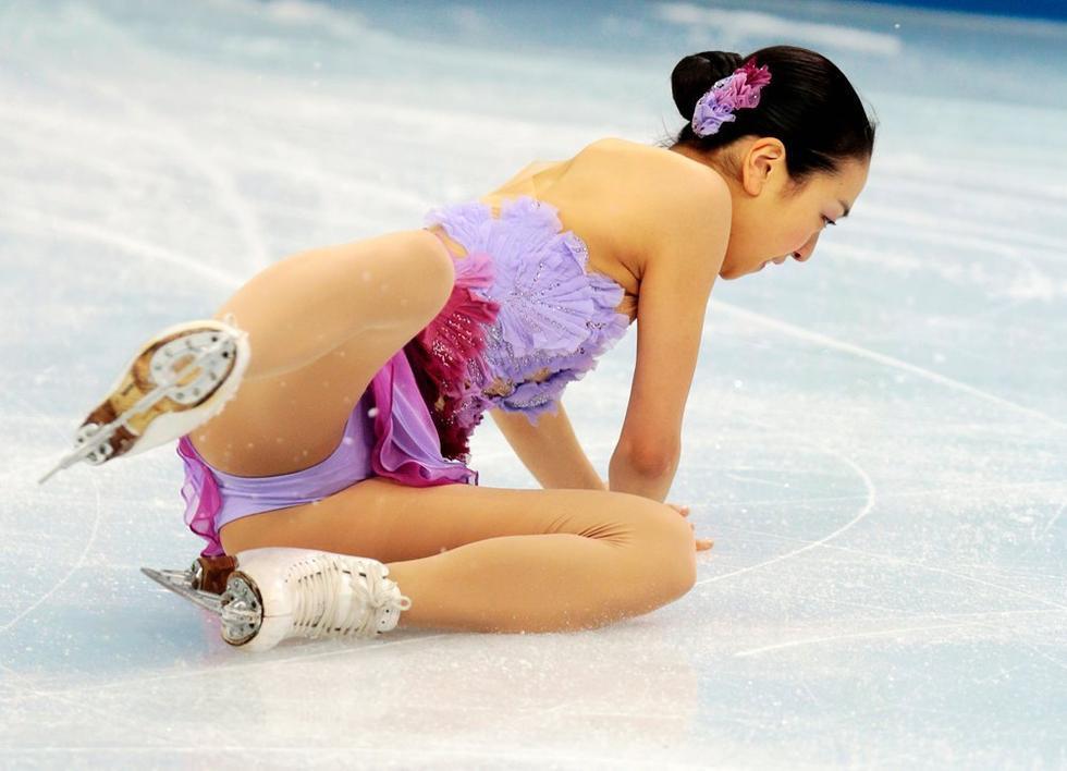 2014年2月8日,索契,2014索契冬奥会花滑团体赛赛况。日本名将浅田真央在短节目中意外失误摔倒。