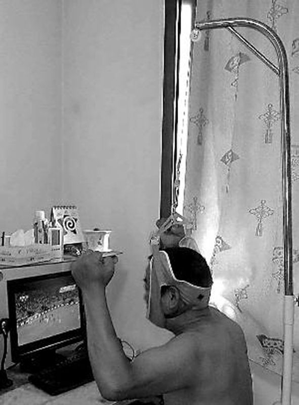 55岁男子看球理疗两不误:网友孔令楠的父亲孔祥锋今年55岁,由于颈椎不好,每天要做两次牵引。因为晚上要看球,白天要睡觉,所以他索性在晚上看球时做牵引,绝对是看球、理疗两不误。孔令楠说父亲是一位铁杆球迷,世界杯期间所有比赛场场不落。