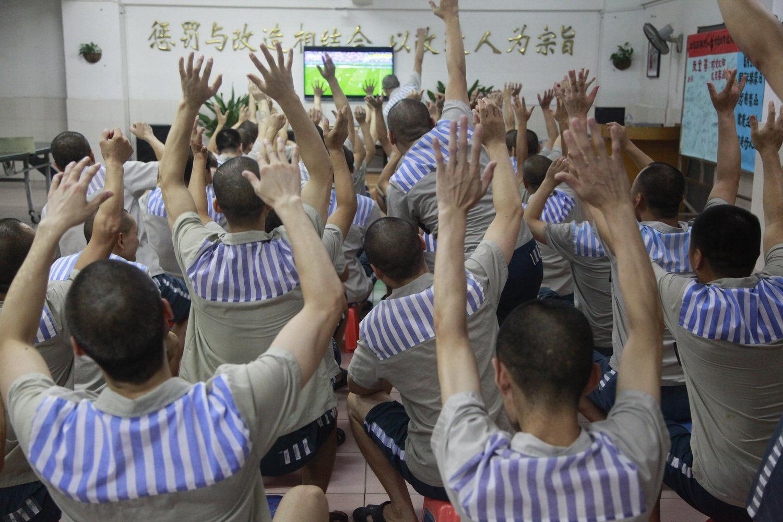 """2014年7月7日,深圳,深圳监狱在世界杯期间开展了""""我与世界杯""""专题教育活动,旨在通过让服刑人员收看比赛、参与运动等形式,舒缓服刑压力和焦虑,也是监狱进行监区文化建设的努力和探索。"""