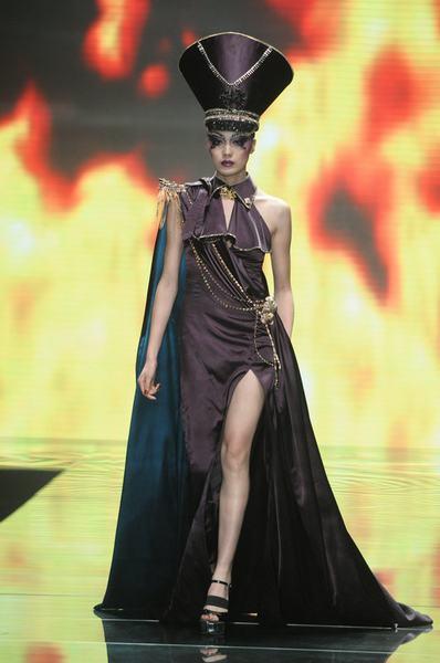 身穿全场最华丽礼服的女模特似乎顶着巨大的心理压力走秀,才上台就结图片