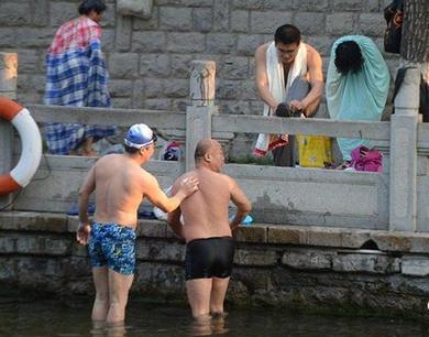 济南市民护城河畔泉池游泳 大妈套床单露天更衣