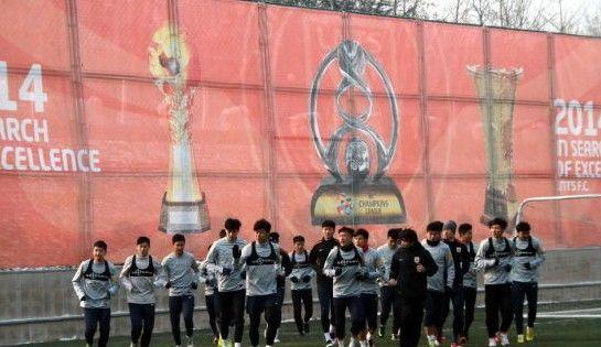 能树起超越主题大旗 印亚冠中超足协杯奖杯(图