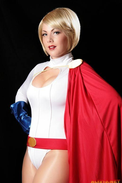 要在欧美Cosplay场混真的不容易,尤其是超级女英雄的COSer,没有一定的上围根本没办法衬托出原著漫画里面的角色形象。就以超能女孩(Power Girl)为例,那条事业线真的不是随便找个人就能挤出来。