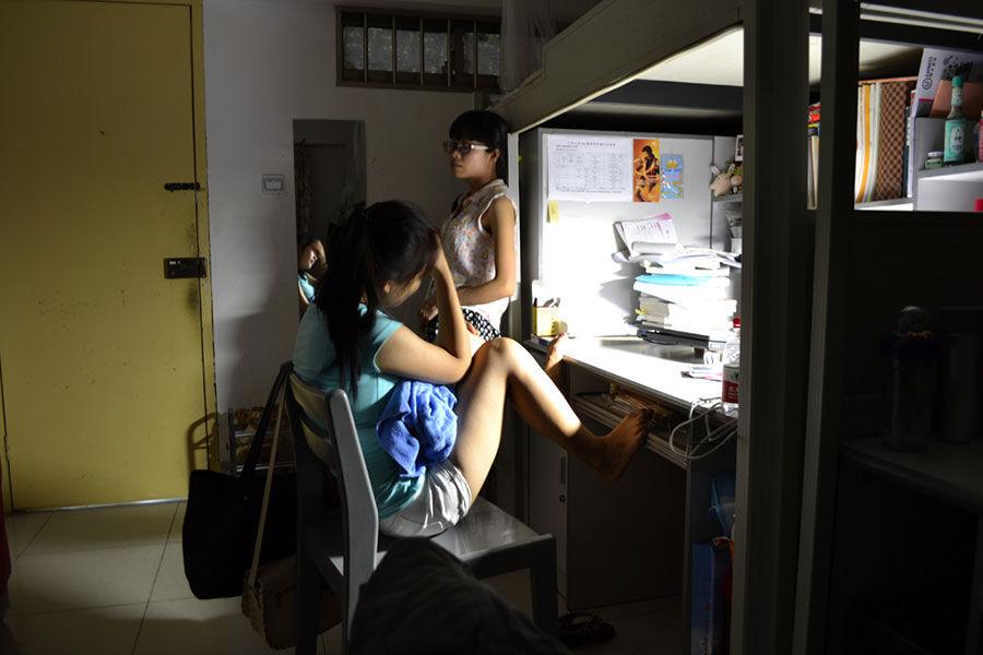 图片宿舍获奖背影生活拍摄课余女生玩游戏大学的时间青春女生图片