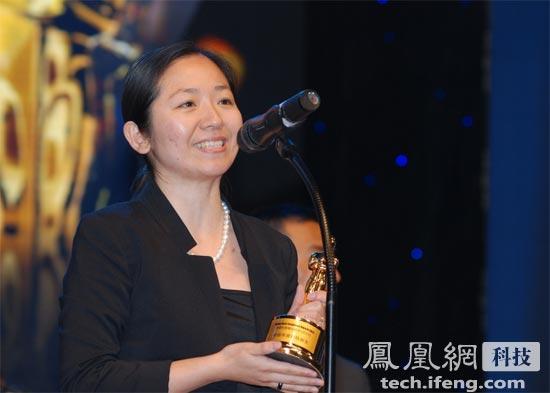 凤凰新媒体人力资源总监孙燕领取奖杯