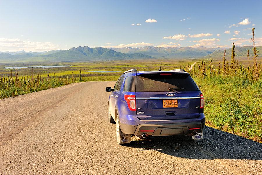 对任何第一次走戴顿公路(Dalton Highway)板路面上颠簸前进的小车,这都是一项挑战,速度稍快,车身就会左右漂移。在阿拉斯加的夏天,挑战一下戴顿公路,也是一项旅行的乐趣。