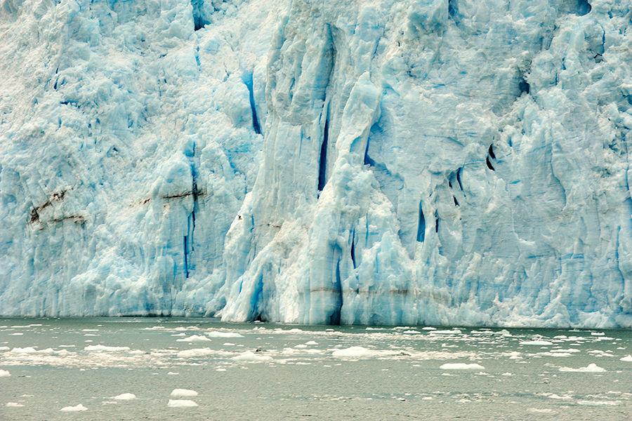 最后一次冰川纪的冰天雪地在地球绝大多数的地方早已消融,十万道冰川却依然凝固在阿拉斯加的高山峡谷间。这里,是大自然最后的前沿,是尚未被步步推进的人类工业玷污的最后一片净土。