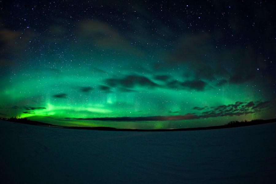 """在安静的星空里,突然像天神拋出一条透着绿色的光幻彩带,这就是高纬度居民才能有幸目睹的美丽极光。爱斯基摩人认为极光是""""老灵魂为新灵魂照路的火炬"""",中古世纪时,极光被认为是天堂战士的身影……"""
