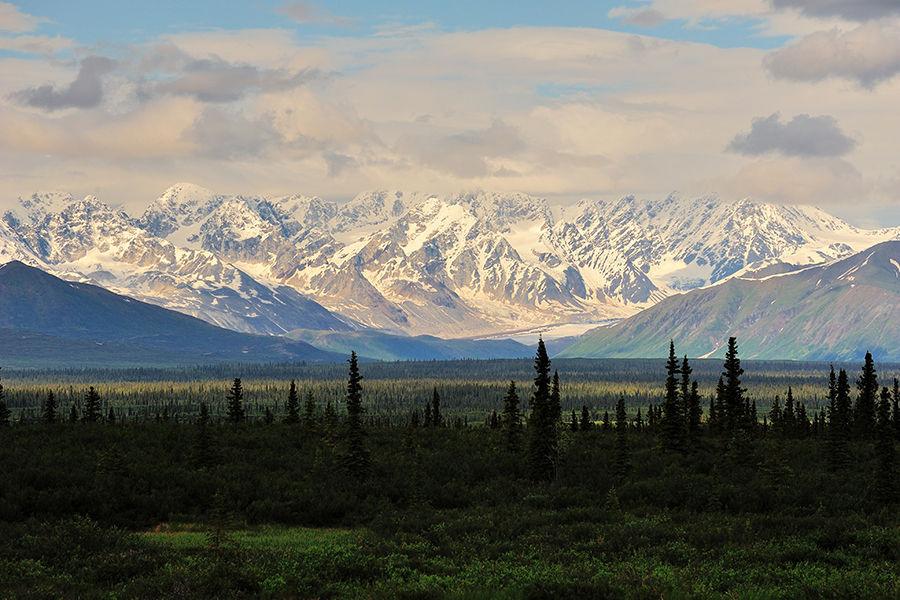 66°34'N,北纬66度34分,在地理学上,它不过是阿拉斯加大地上一条和太阳入射角度相关的纬线,但在真正的探险者眼里,这几个数字就如同珠穆朗玛峰的8844.43一样神圣。在他们心目中,这条线是探险精神与无畏勇气的象征。