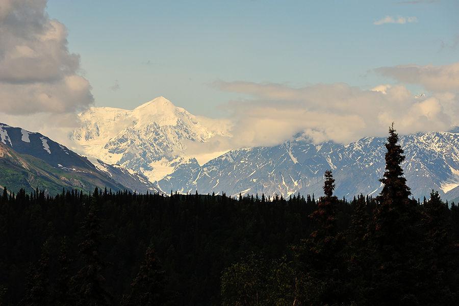 """美国人称阿拉斯加为""""最后的边疆""""(The Last Frontier)和""""午夜阳光之地""""(The Land of the Midnight Sun),""""最后的边疆""""指的是这里是全世界最邻近北极的陆地之一,""""午夜阳光之地""""无疑指的是阿拉斯加地区的""""极昼""""现象。"""