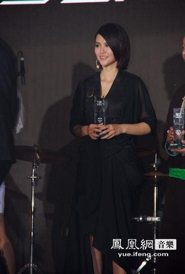 谭维维出席跨界展 塑料布裹身诠释思念