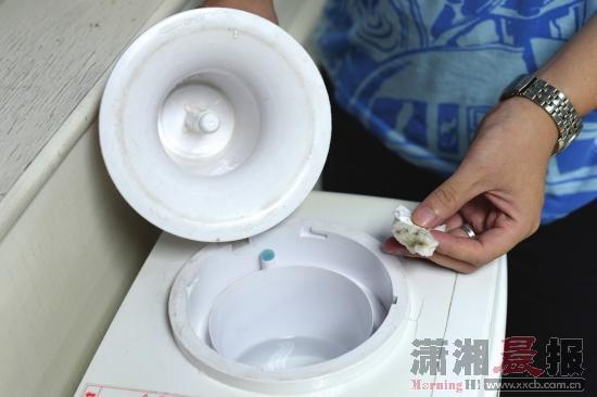 """湖南桶装水细菌超标:纸巾擦饮水机内""""见黑"""""""