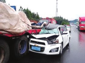 京港澳高速上超车酿惨剧 小车车顶被削副驾死亡