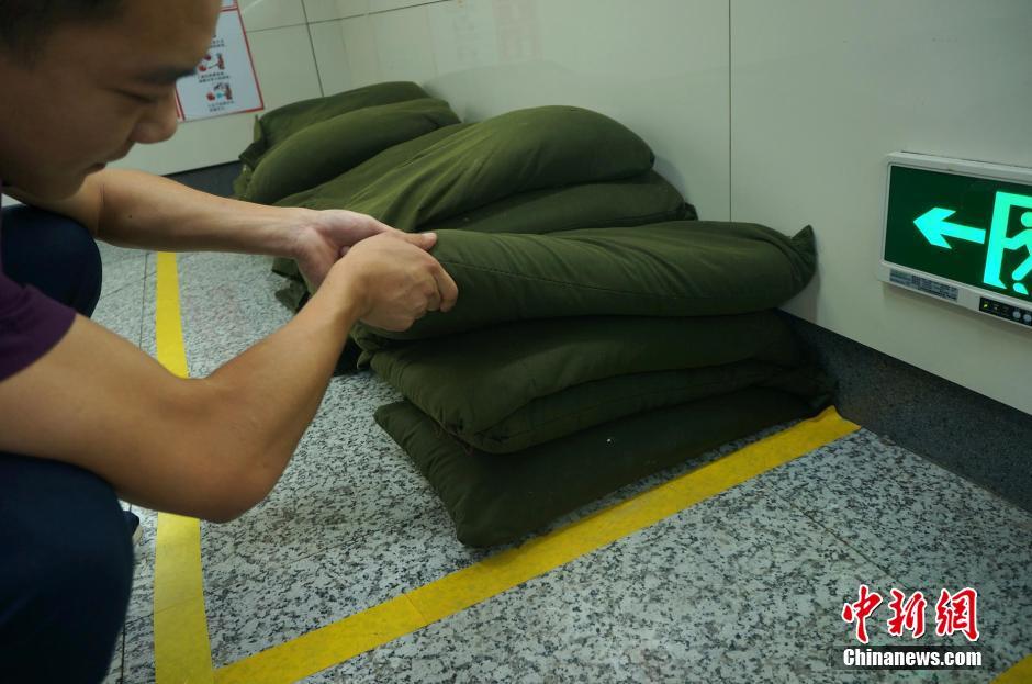 郑州 地铁/NO.1/4 近日,郑州地铁一号线人民路站A出入口地面,堆积的约50...