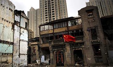 上海闹市区钉子户门前挂五星红旗 周边高楼林立