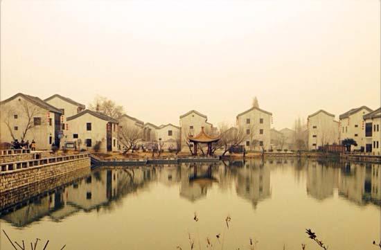 """杨柳湖风景区(图源自网络) 杨柳湖风景区位于南京江宁高新园内,处秦淮河下游方山脚下,是离南京主城区最近的古村。游船画舫,水上慢游,漫步那一条""""青石墁地石门楼,走进杨柳不沾泥""""的青石街,细品非遗农家菜""""湖熟板鸭"""",时间也可以过得如此之慢。 作为南京保存最完整的明清古民居群,杨柳湖风景区乐于发扬和传承中国民俗与建筑,力求让非遗和传统走进普通百姓的生活中,而中国最古朴的七夕鹊桥相会,无疑与独具浪漫色彩的杨柳湖相得益彰。为了迎接这纯洁而浪漫的节日,杨柳湖特举办浪漫"""
