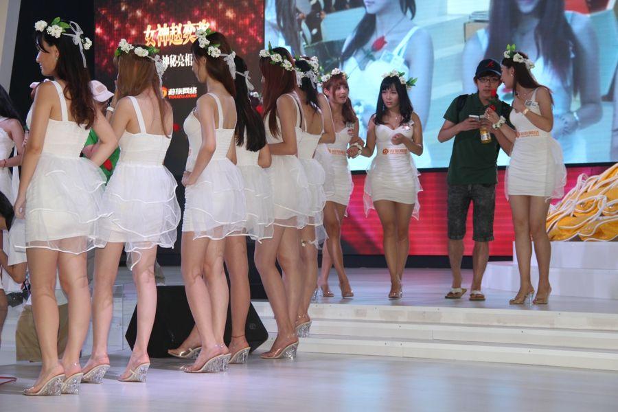 意是本届展会上最让人惊艳的,45人的庞大阵容,一袭白色的裙装,